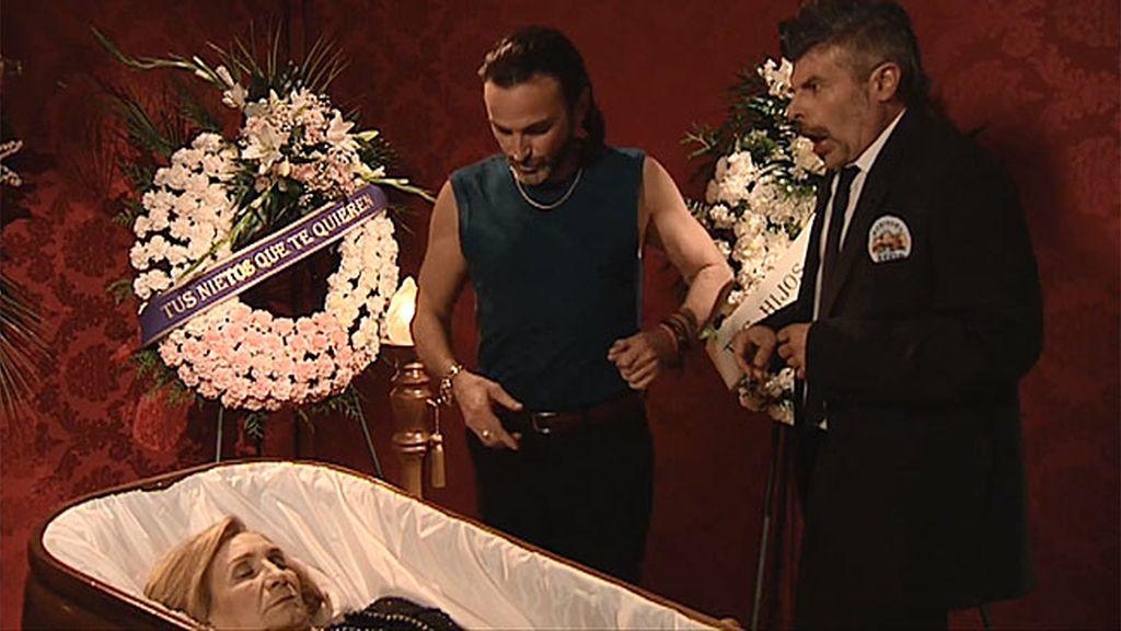 Coque y Fermín roban el anillo de una difunta en su velatorio