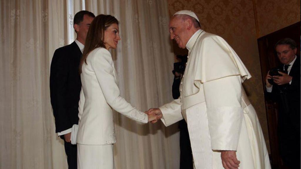 Doña Letizia, de blanco pero sin mantilla en la audiencia de los reyes ante el Papa