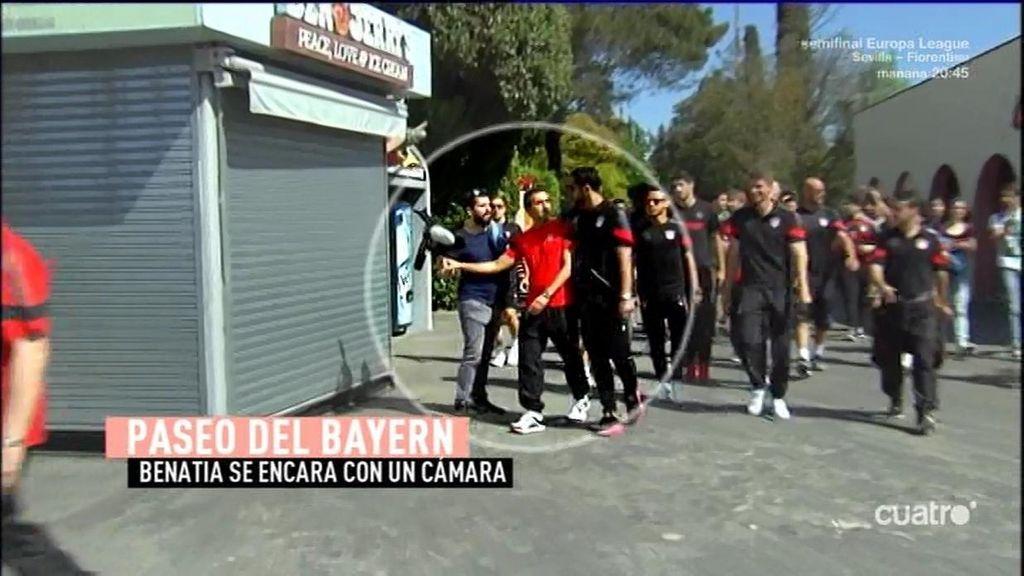 ¡Benatia se encara con un cámara durante el paseo matinal del Bayern en Barcelona!