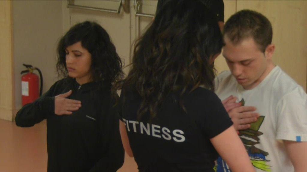 Una profesora de yoga muy cariñosa pone a prueba la paciencia de una novia