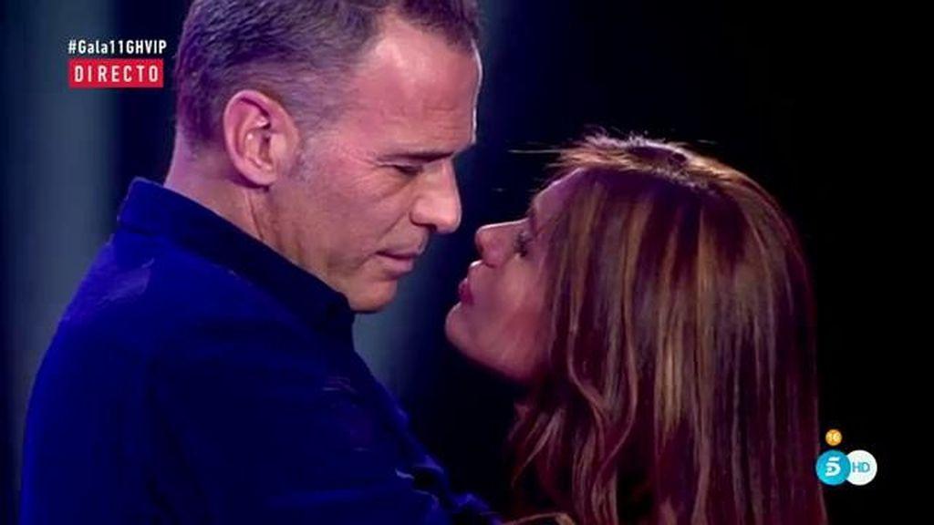 ¡Carlos Lozano se reencuentra con su novia entre besos y abrazos!
