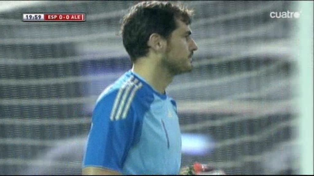 Paradón a una mano de Iker Casillas tras la volea de Götze