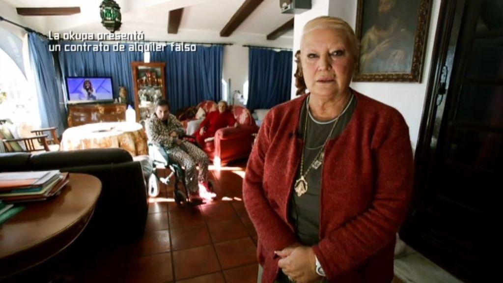 Ocupan su casa y ella tiene que vivir en su restaurante con su hija y su madre