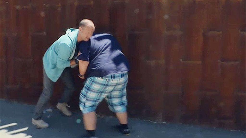 Joan intenta utilizar su fuerza contra Pedro García Aguado durante su terapia