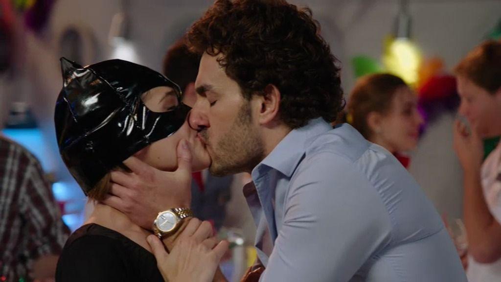 Raimundo confunde a Natalia con Olivia y… ¡le da un beso en la boca!