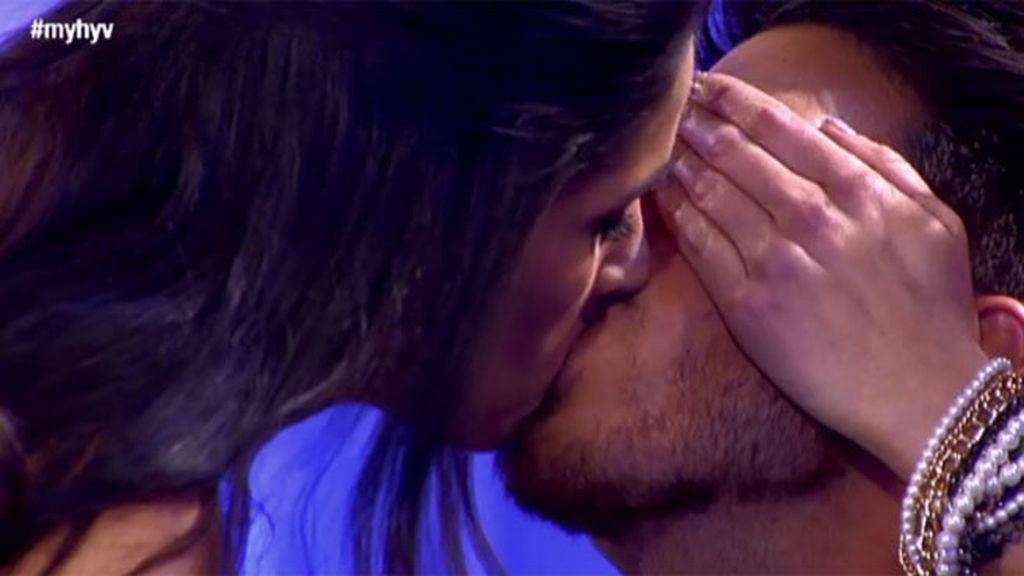 Suhaila le quita la uva de la boca a Fede