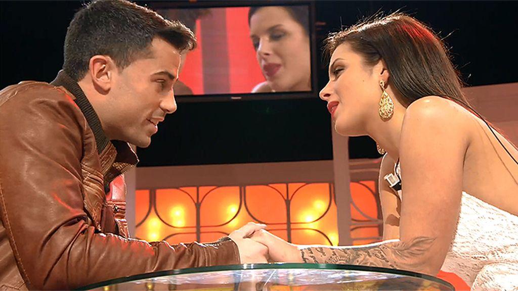 Diego consigue que Alba se quede declarándole su amor con música