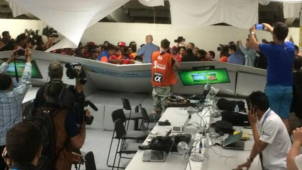 Un grupo de 200 aficionados chilenos asaltan y destrozan el Media Center de Maracaná