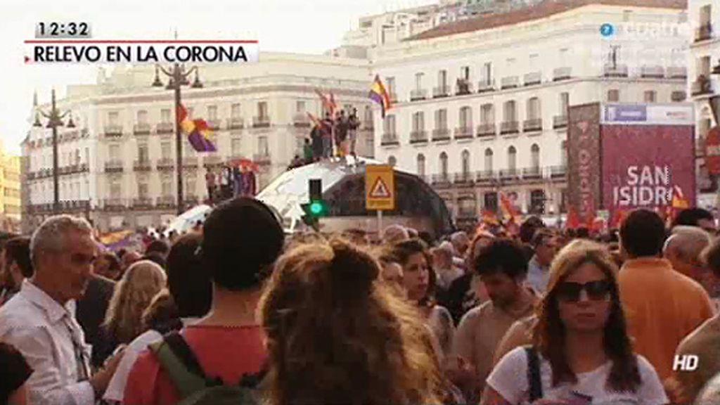 Así fue la manifestación en la Puerta del Sol tras el anuncio de la abdicación del Rey