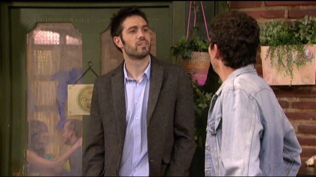 Luisma se pone celoso con Higinio y Simón ¡le entrega la carta de Paz!