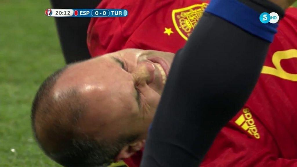Dura entrada a Iniesta: le pisaron el tobillo pero se quedó en un susto