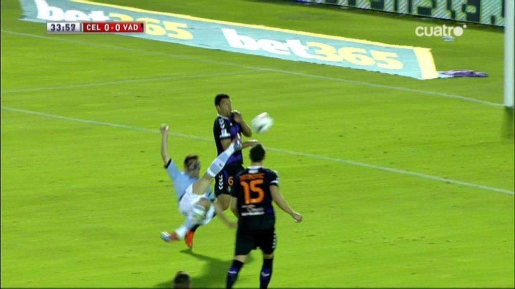 ¡Charles intenta el gol de la jornada con una chilena pero golpea el balón con la espinilla!