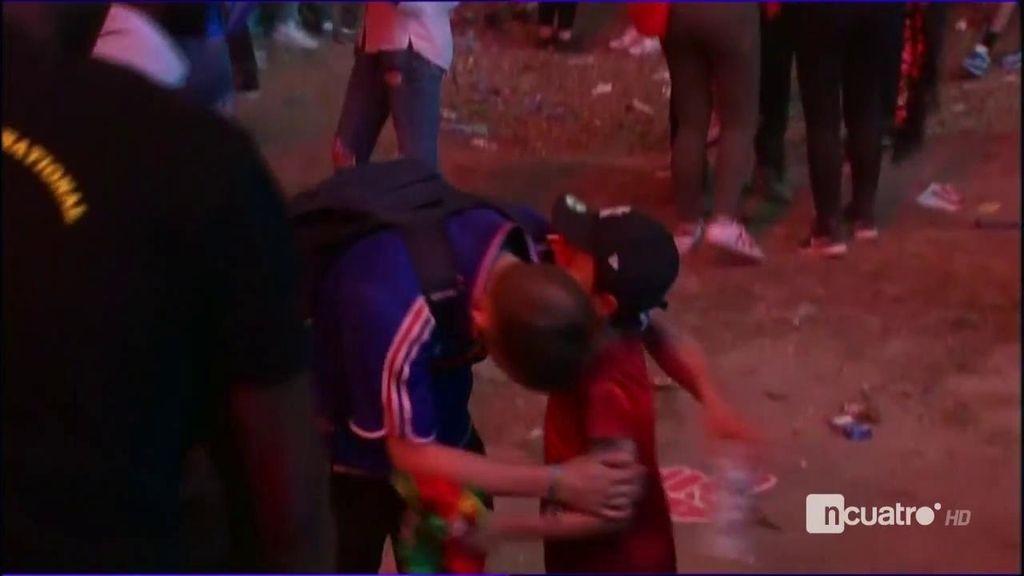 Un niño portugués consuela a un aficionado francés desconsolado al perder la Eurocopa