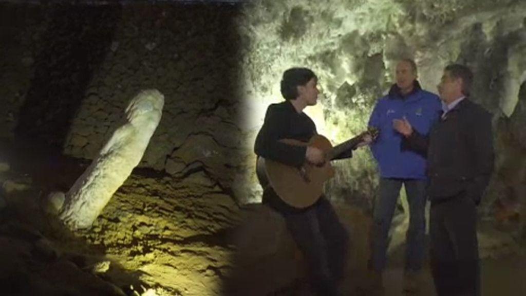 Revilla enseña a Bertín la espectacular Cueva de El Soplao y… ¡el 'pene cántabro'!