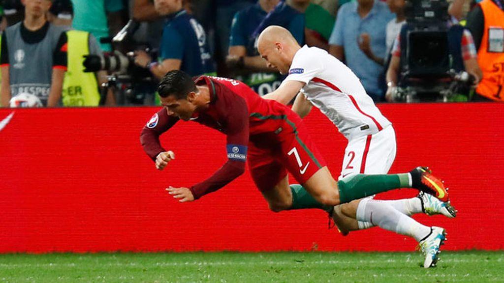 Penalti a Cristiano que no pitó el árbitro: cayó en el área tras un empujón de Pazdan