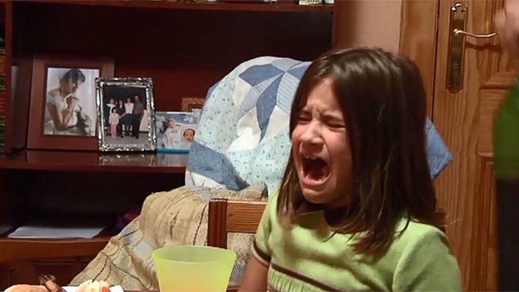 Los abuelos ignoran el enfado de Lucía, que cambia de actitud para poder ver la televisión