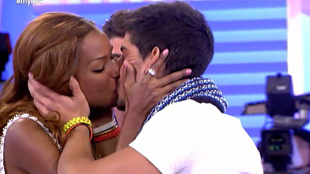 Liz besa a David nada más verle