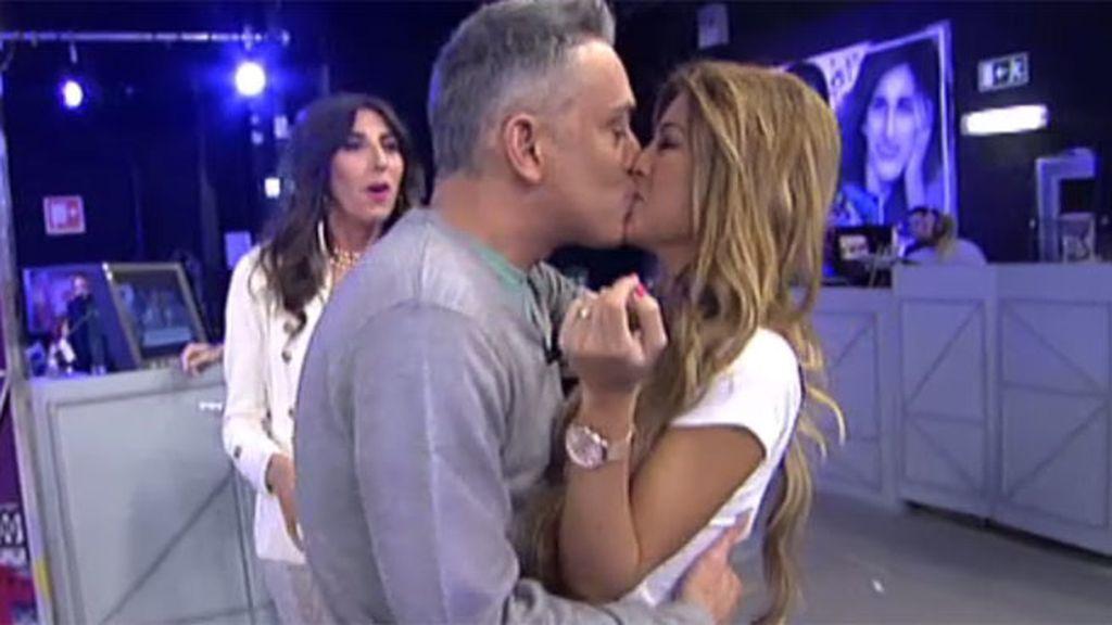 Oriana y Kiko Hernández, un beso 'forzado' en el plató de 'Sálvame'