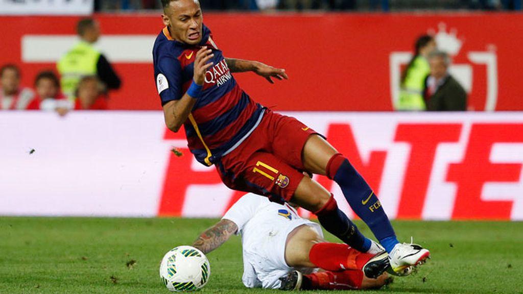 ¡Roja para Banega! El sevillista derriba a Neymar en el borde del área