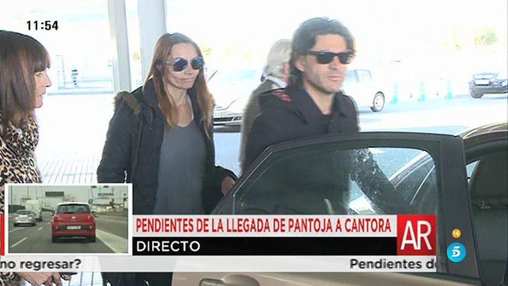 Toño Sanchís abandona el hospital del brazo de su mujer y su madre