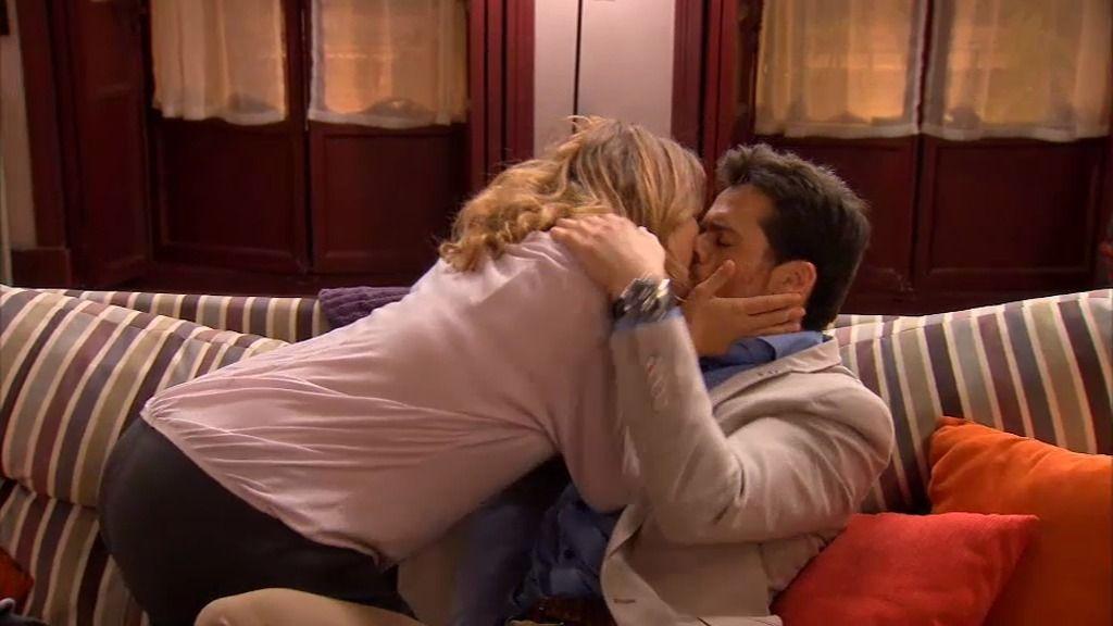 """¡Por fin! Carlos se declara a Lucía con un beso y un rotundo """"Te quiero"""""""