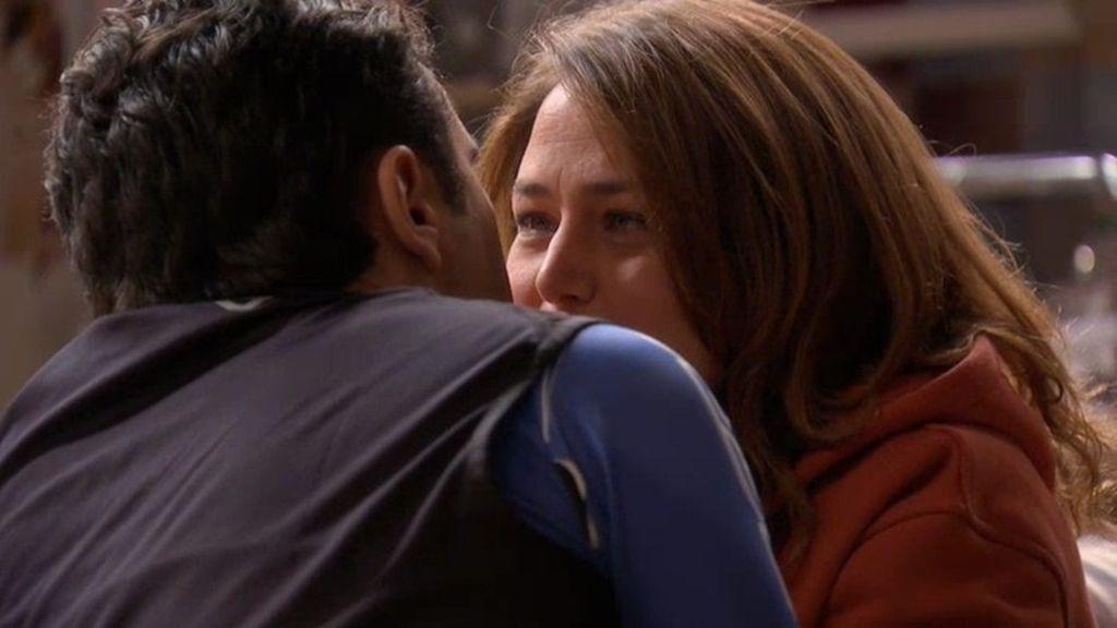 Lucía besa a Aurelio, su misterioso y sorprendente entrenador personal