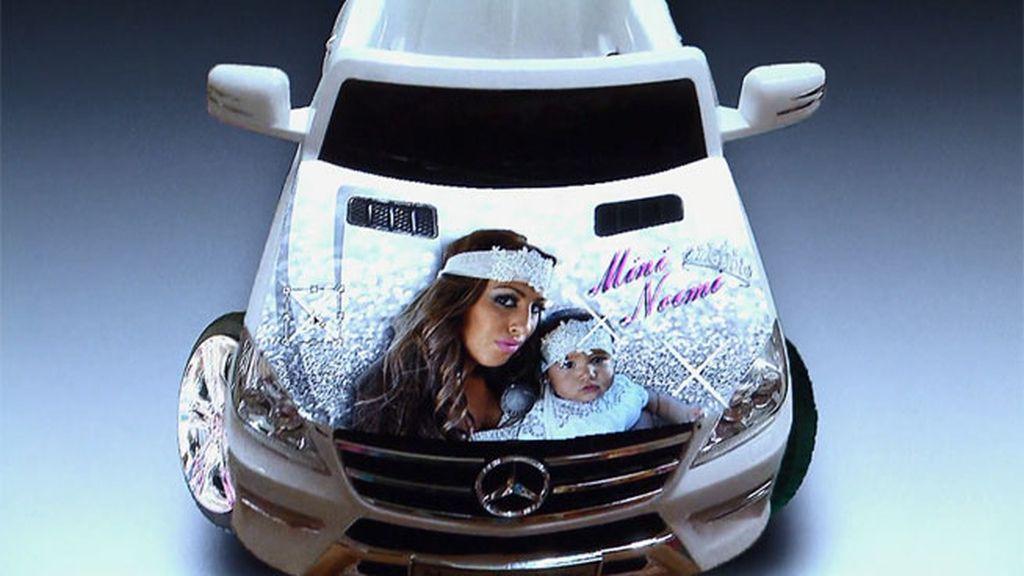 Raquel contrata a un diseñador gráfico para decorar el cochecito de mini Noemí