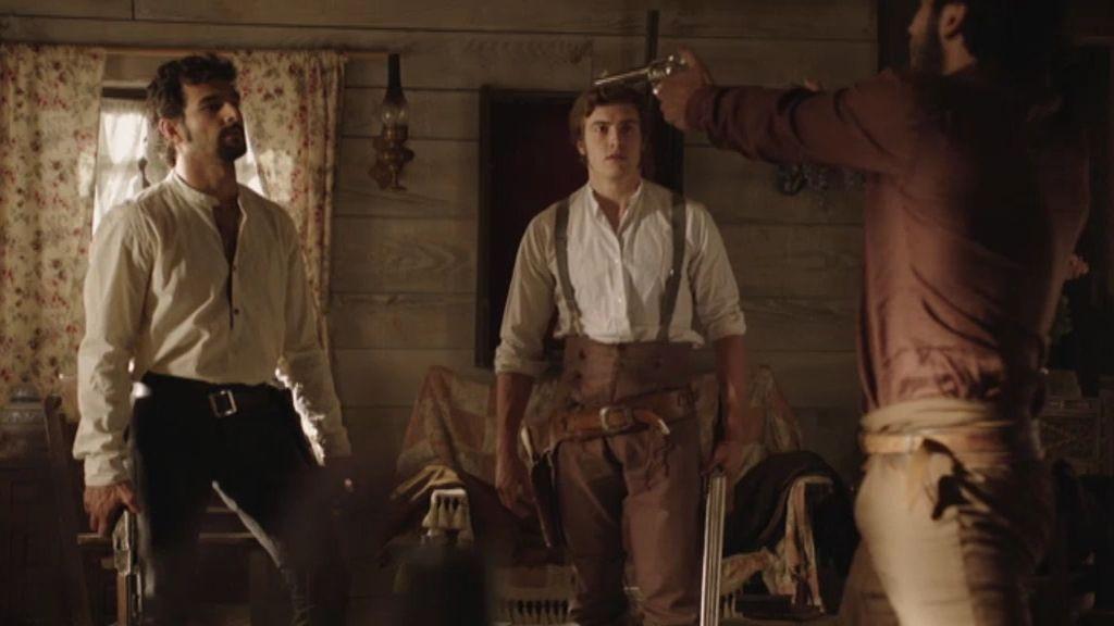 César apunta con una pistola a sus hermanos