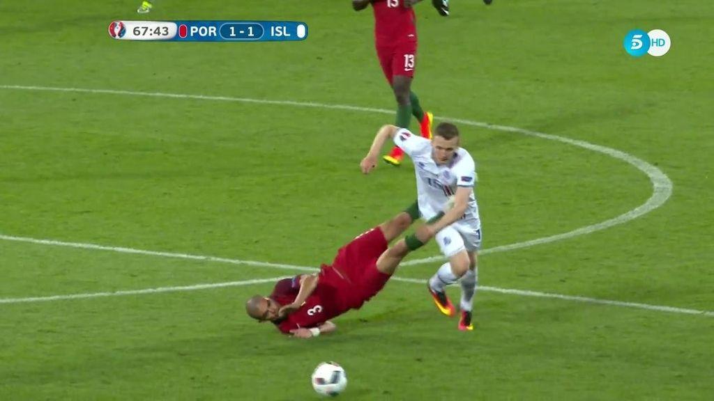 Pepe recibe una falta y ¡le hace la pinza con las piernas para que no se escape!