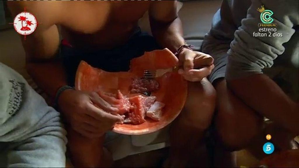 Los aspirantes comen pescado crudo tras no haber hecho un trueque con los rescatados