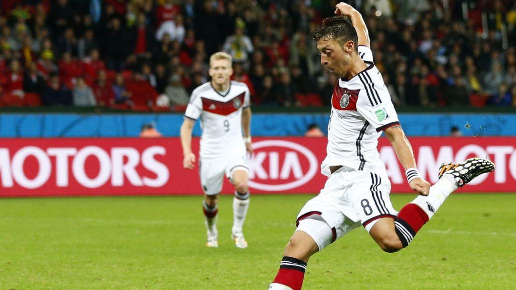 Özil sentencia a Argelia (2-0)