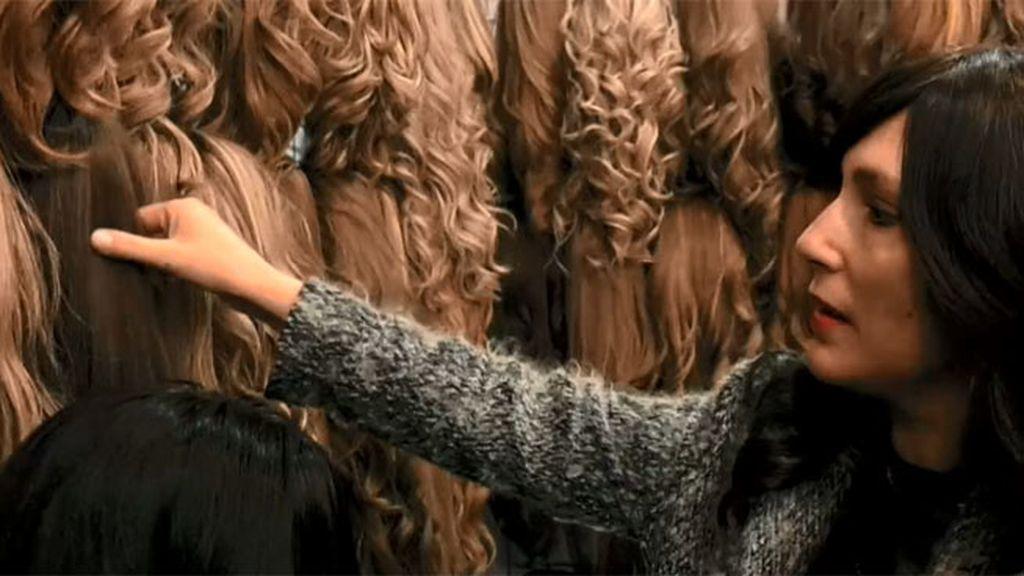 Meritxel acompaña a Rochie a retocar sus pelucas de pelo natural