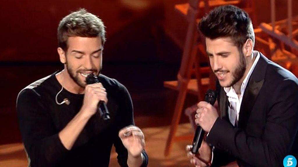 Pablo Alborán y Antonio José cantan 'Tanto' en la gala final de 'La Voz 3'