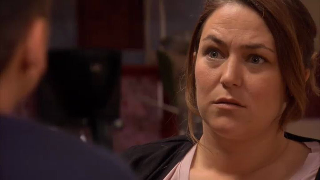 La policía le pide a Lucía que vaya al 'vis a vis' con Xavi