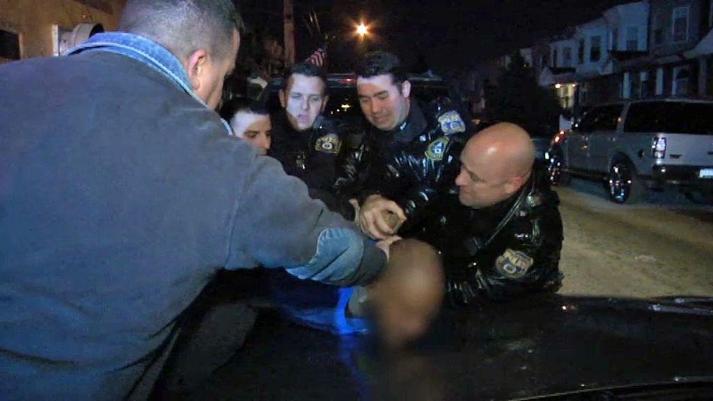 La policía utiliza un revólver de descargas para inmovilizar a un sospechoso