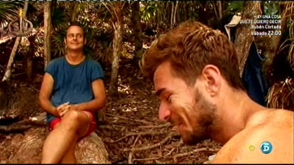 Los nuevos mejores amigos, Nacho y Tony, discuten por el beso de buenas noches