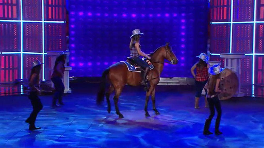 Mustang, el caballo que le sigue el ritmo a Coyote Dax y a las chicas