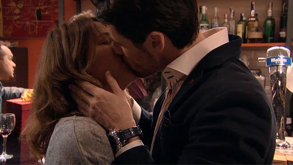 Carlos besa a Lucía antes de irse a Miami