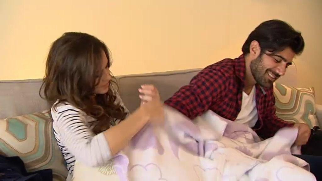 Laura y Bruno: película, manta y vino en su primera cita