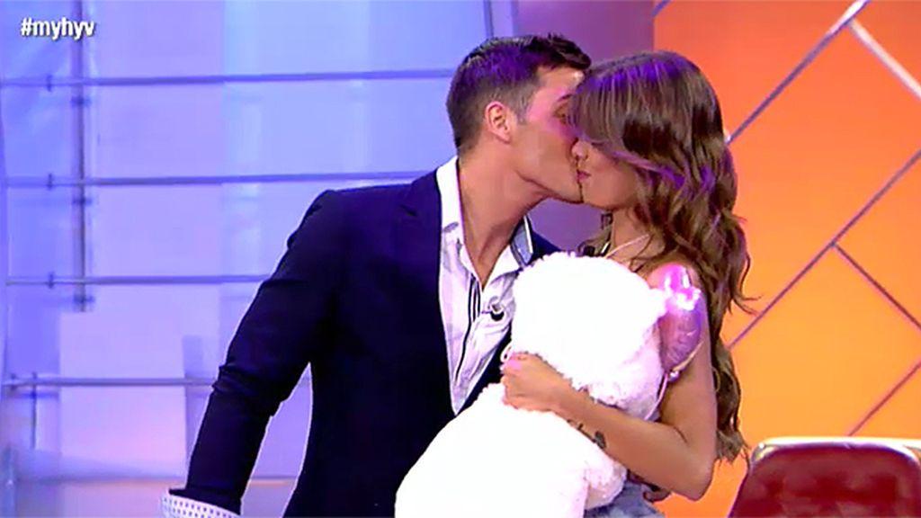 Lukas no se resiste a besar a Triana