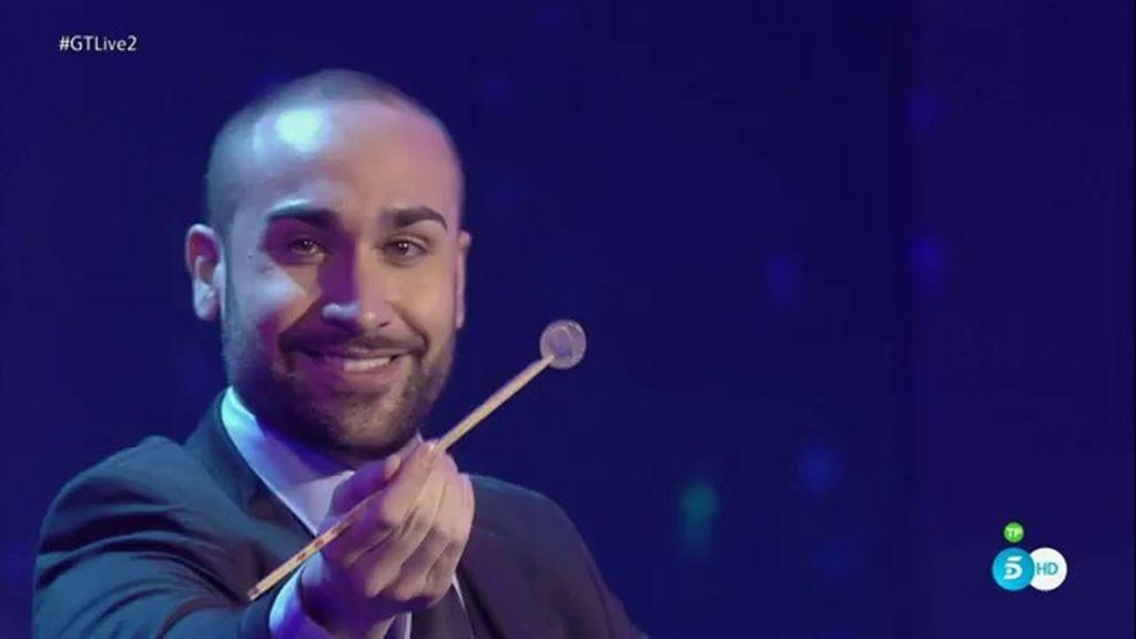 Iván Ojeda derrocha talento y dinero en su espectáculo de magia