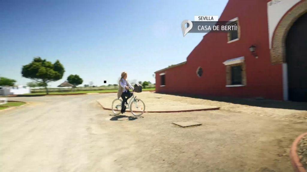 Esperanza Aguirre llegó en bici y tarareando a casa de Bertín Osborne