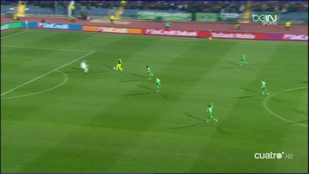 ¡Menudo golazo de Özil! Control, vaselina al portero, dos defensas al suelo y gol