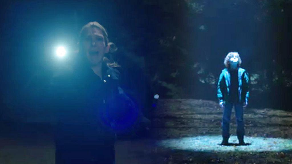 Claire intenta rescatar a Henry antes de ser abducido por los extraterrestres