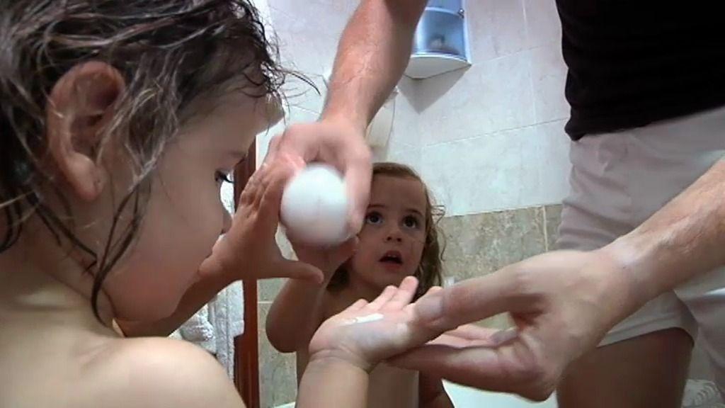Luis comienza a imponer su autoridad al duchar a Adriana, a Iker y a Daniella