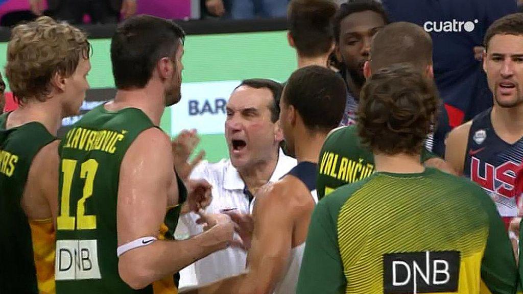 'Coach K' tiene que meterse entre los jugadores para evitar una pelea al final