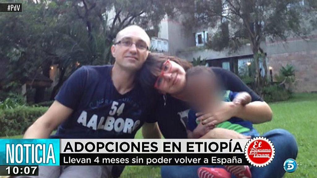 Dos parejas españolas no pueden regresar a casa con sus hijos adoptivos por problemas con la administración