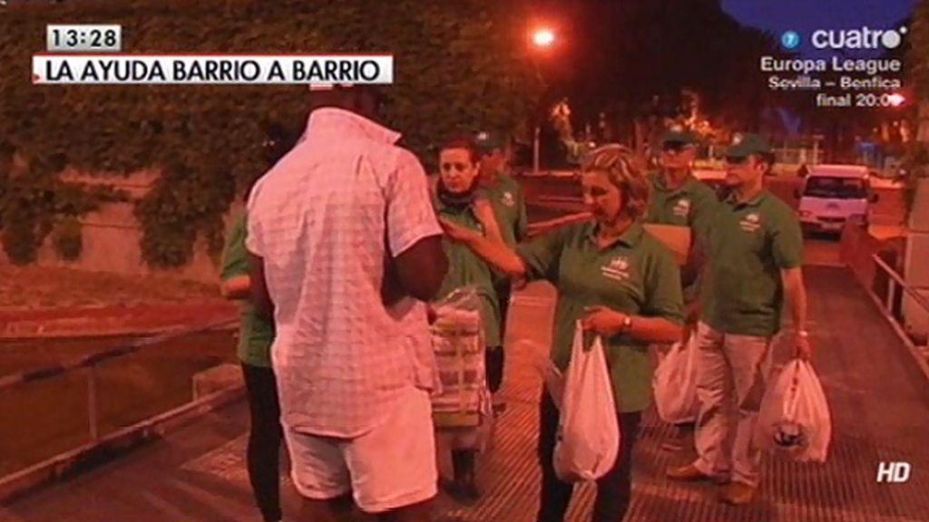 Un equipo de 'LMDC' acompaña a un grupo de voluntarios que reparte productos básicos