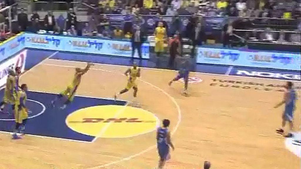 ¡Triple estratosférico de Smith desde su propio tiro libre en el Maccabi-Real Madrid!