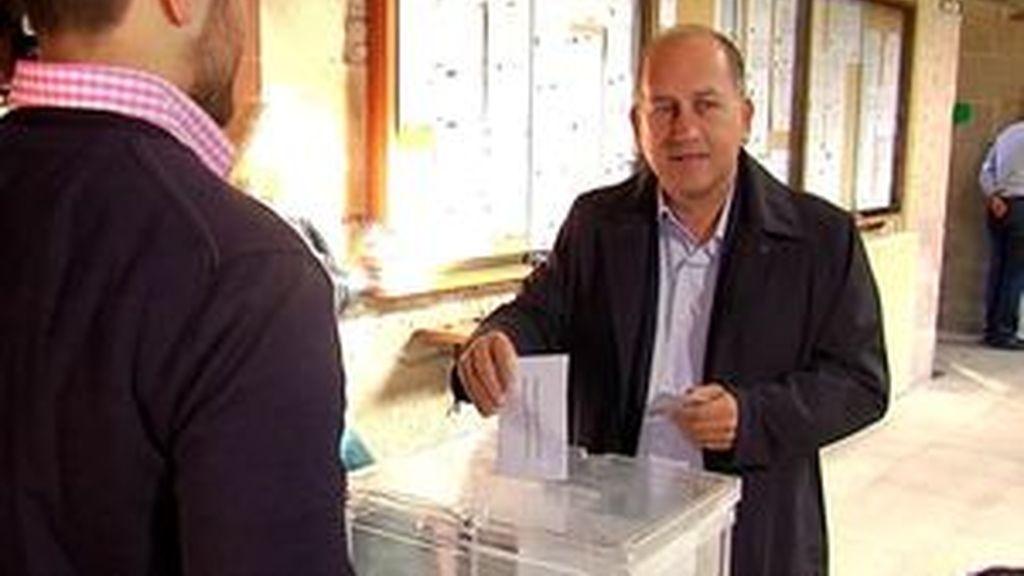 """Xoaquín Fernández Leiceaga vota en Santiago y espera """"una elevada participación"""""""